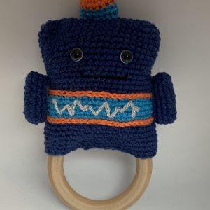 Gehaakte knuffel robot met houten ring naar een patroon van Annemarie Arts