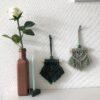 Twee mini macrame wandhangers met vaas en roos als decoratie