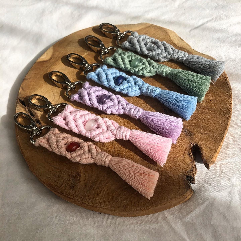Macrame sleutelhangers in zes kleuren met edelsteen kralen.