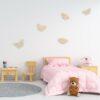 houten vlinders aan de muur