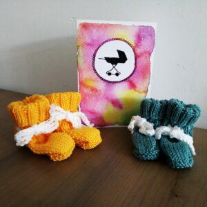 Geboortekaart met baby sokjes paars
